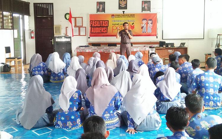 Komisioner KPU Seruyan saat menggelar Audiensi dengan pelajar SMA I Kuala Pembuang