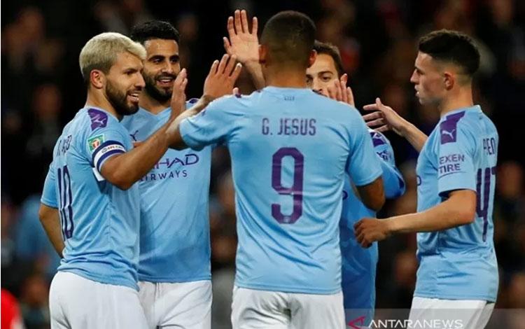 Penyerang Manchester City Sergio Aguero (kiri) melakukan selebrasi bersama rekan-rekannya usai mencetak gol ke gawang Southampton di Stadion Etihad, Manchester, Inggris, Selasa (29/10/2019) setempat. (ANTARA/REUTERS/Jason Cairnduff)