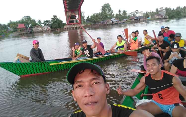 Atlet dayung Seruyan dibawah binaan Pengcab Podsi saat menjalani latihan di kawasan Jembatan Seruyan untuk menghadapi kejuaraan dalam rangka HUT Polda Kalteng