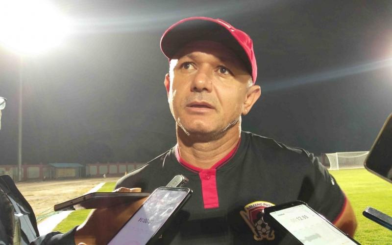 Pelatih Kalteng Putra Gomes De Oliveira menyampaikan bahwa Pahabol dan Ok Jhon akan absen akibat akumulasi kartu pada laga kontra Persib Bandung, Jumat, 1 November 2019 besok malam.