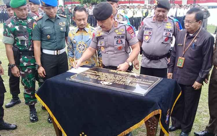 Kapolda Kalteng Irjen Pol Ilham Salahudin menandatangani prasasti kenaikan tipe Polresta Palangka Raya, Kamis, 31 Oktober 2019.
