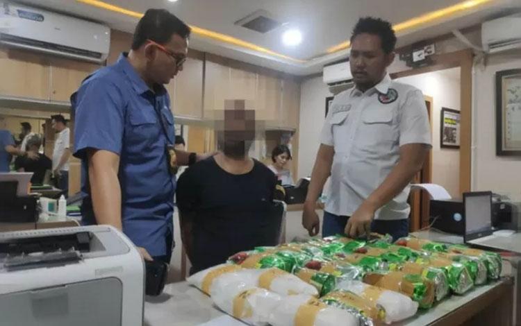 Tersangka SS yang diduga memasok narkoba untuk jaringan Kampung Ambon Cengkareng, Jakarta Barat ditangkap anggota Polres Metro Jakarta Barat di pusat belanja kawasan Jakarta Selatan, Rabu (30/10/2019). ANTARA FOTO/HO/Polres Metro Jakarta Barat.