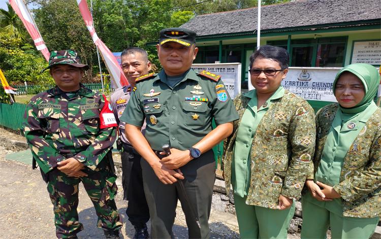 Komandan Kodim 1013 Muara Teweh Letkol Inf Yusan Riawan bersama istri. Dia mengapresiasi kepada semua pihak yang telah berpartisipasi mensukseskan TMMD Imbangan