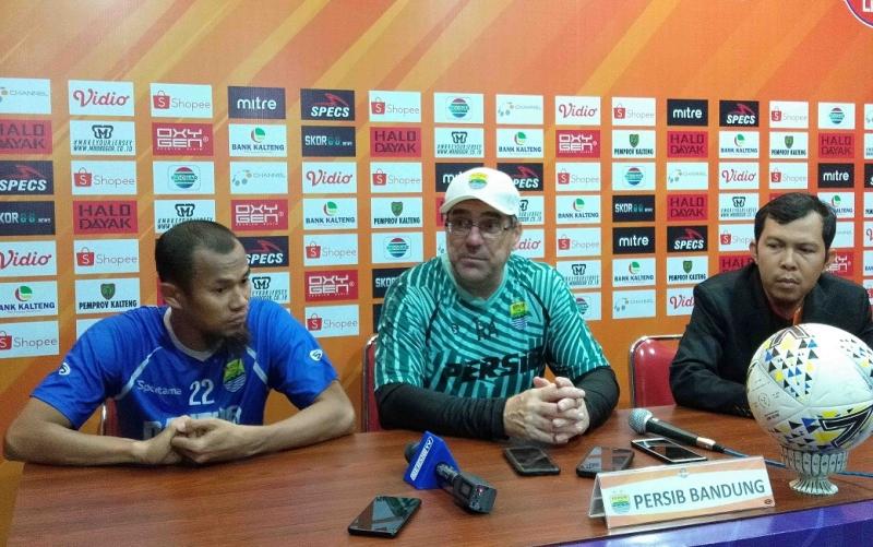 Pelatih Persib Bandung, Robert Rene Alberts (tengah) menyampaikan kesiapan tim dan target dalam laga menghadapi Kalteng Putra, Kamis, 31 Oktober 2019, besok.