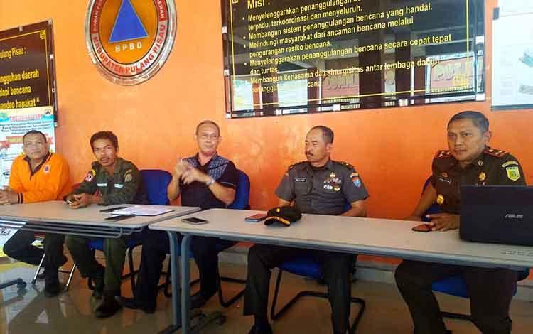IC Karhutla Kabupaten Pulang Pisau, Inf Mayor Mulyadi bersama sejumlah pejabat lainnya menyampaikan secara resmi penghentian status siaga darurat dan pos komando Karhutla, Kamis 31 Oktober 2019.