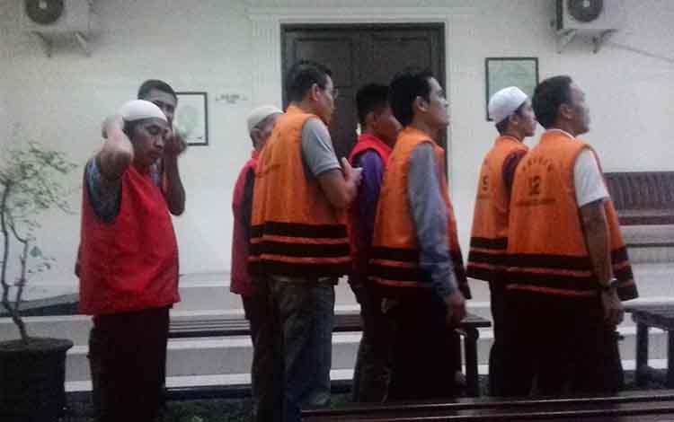 Sejumlah terdakwa tindak pidana di Pengadilan Negeri Sampit sebelum menjalani persidangan.