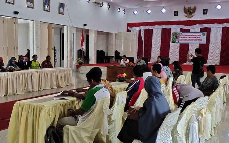 DLH Provinsi Kalimantan Tengah menggelar sosialisasi dan inventarisasi data serta informasi lingkungan hidup di Sukamara, Jumat, 1 November 2019.
