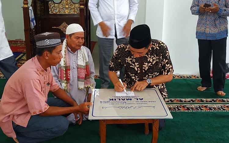 Bupati Barito Utara H Nadalsyah didampingi Wakil Bupati Sugianto Panala Putra ketika menandatangani prasasti Masjid Al Malik, Kelurahan Lahei II, Kecamatan Lahei, Jumat 1 November 2019