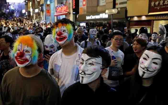 Para pengunjuk rasa anti-pemerintah mengenakan topeng Guy Fawkes selama pawai Halloween di Lan Kwai Fong, Hong Kong, Cina 31 Oktober 2019. (REUTERS)