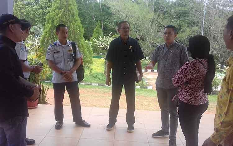 Anggota Komisi IV DPRD Kotim saat melakukan kunjungan kerja. Pihaknya memertanyakan pembangunan PDAM di kecamatan yang hingga kini belum berfungsi.