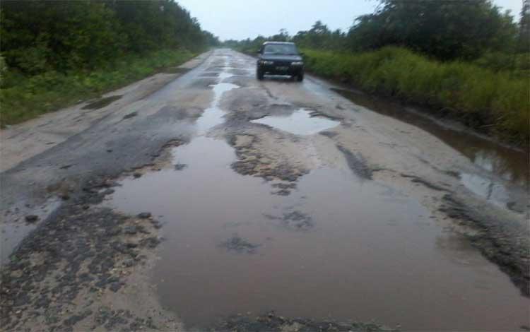 Jalan dari Petak Bahandang menuju Baun Bango tepatnya di wilayah UPT Hiyang Bana ini hancur, Jumat 1 November 2019