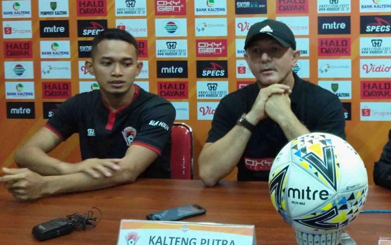 Pelatih Kalteng Gomes De Oliveira menyampaikan keterangan ke awak media seusai laga kontra Persib Bandung, Jumat, 1 November 2019 malam.