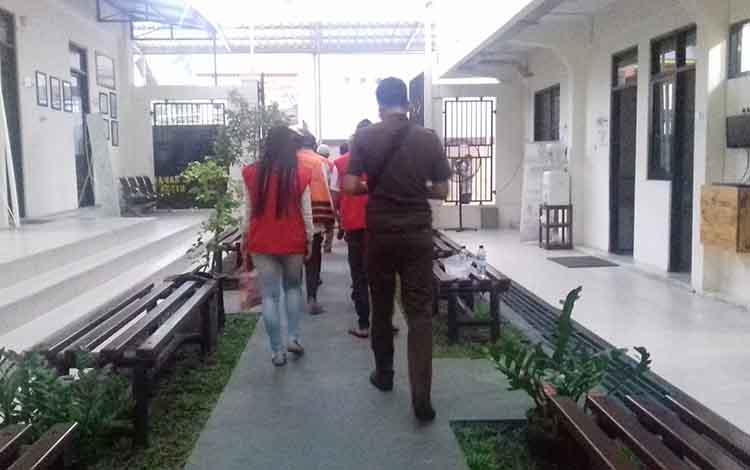 Sejumlah tahanan sebelum menjalani sidang di Pengadilan Negeri Sampit.