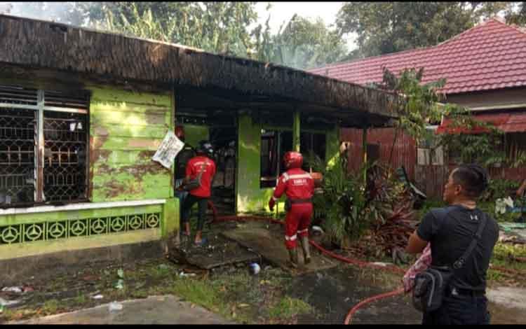 Petugas Damkar Kobar sedang memadamkan kebakaran rumah kosong yang berlokasi di Jalan Domba Kelurahan Sidorejo, Sabtu, 2 November 2019