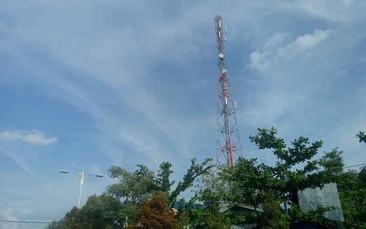 Tower tekomunikasi. Sampai saat ini warga Desa Bereng Jun belum bisamenikmati jaringan seluler dengan baik
