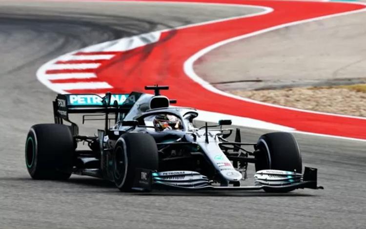 Austin, Texas, 1 November - Lewis Hamilton dari Inggris memacu mobil balapnya dari tim Mercedes AMG