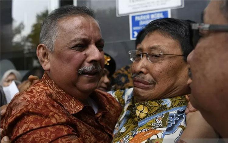 Mantan Dirut PLN Sofyan Basir (kiri) meluapkan kegembiraan bersama kerabat usai diputus bebas di Pengadilan Tipikor, Jakarta, Senin (4/11/2019). ANTARA FOTO/Puspa Perwitasari/aww/pri.