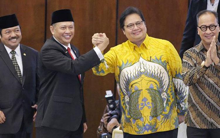 Ketua MPR RI Bambang Soesatyo berjabat tangan dengan Ketua Umum Partai Golkar Airlangga Hartanto dal
