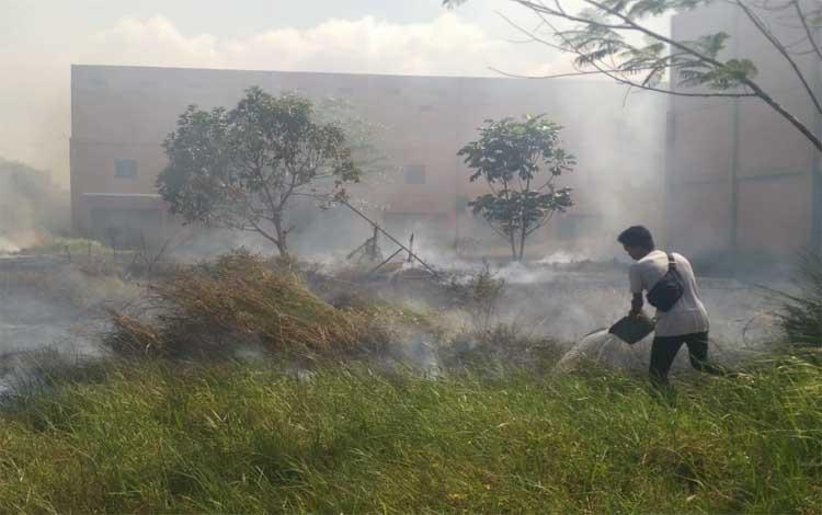 Seorang warga saat beruaya memadamkan api dengan peralatan seadanya. Sementara itu pemerintah akan membangun posko Karhutla lebih awal untuk mengantisipasi meluasnya kebakaran lahan, Senin 4 November 2019