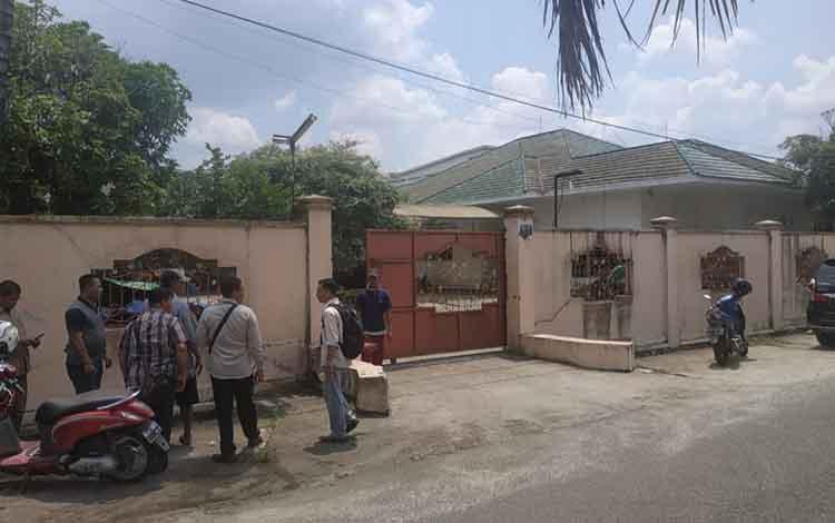 Situasi di rumah korban percobaan pencurian di Jalan Rajawali III, Kota Palangka Raya, Senin 4 November 2019. Pelaku gagal menggasak barang berharga, namun berhasil melukai pembantu