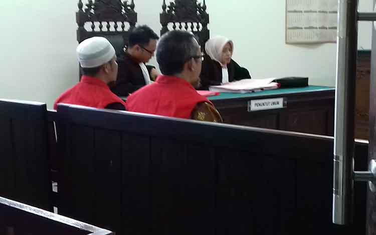 Amir Mahmut dan Misnun terdakwa kasus galian C ilegal saat di Pengadilan Negeri Sampit.