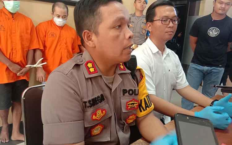 Kapolresta Palangka Raya AKBP Timbul R.K.Siregar saat menerangkan bahwa tidak ada penyekapan terhadap pembantu atau ART oleh pelaku pencurian di rumah milik Iriawan di Jalan Rajawali III, Palangka Raya, Senin 4 November 2019