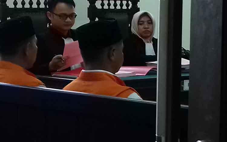 Herwanto dan Yusuf terdakwa kasus galian C ilegal di Pengadilan Negeri Sampit.