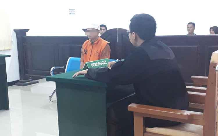 Terdakwa Ji dijatuhi hukuman 6 bulan penjara, akibat ulahnya mabuk dan acungkan parang ke orang lain di Pengadilan Negeri Pangkalan Bun, Senin, 4 November 2019.