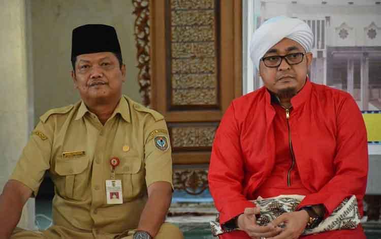 Plh Sekda Seruyan Djainudin Noor bersama penceramah KH. Nur Mahmudi pada kegiatan siraman rohani.
