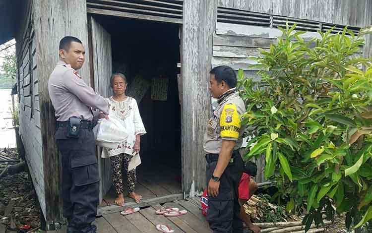 Personel Polsek Kapuas Barat saat melakukan kegiatan polisi pahari itah untuk membantu warga kurang mampu di Desa Pantai, Kecamatan Kapuas Barat