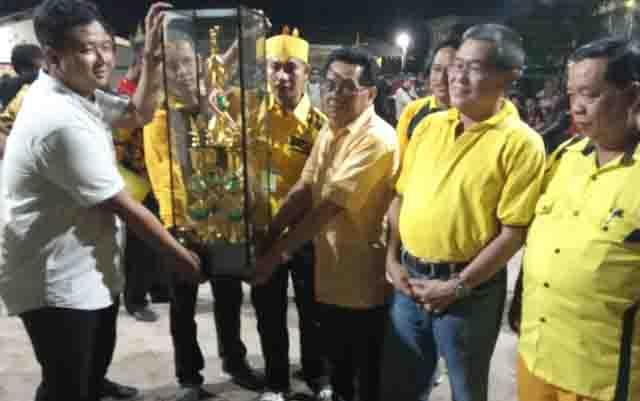 Ketua DPD Partai Golkar Kalteng H.M Ruslan AS menyerahkan piala bergilir untuk tim Fajar Konstruksi Jaya, juara turnamen bola voli dalam rangka HUT ke 55 Partai Golkar, Minggu, 3 November 2019.