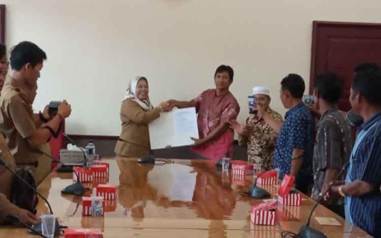 Proses penyerahan dokumen hibah lahan dari warga Kelurahan Kumai Hiir kepada Bupati Kobar Nurhidayah, Selasa, 5 November 2019