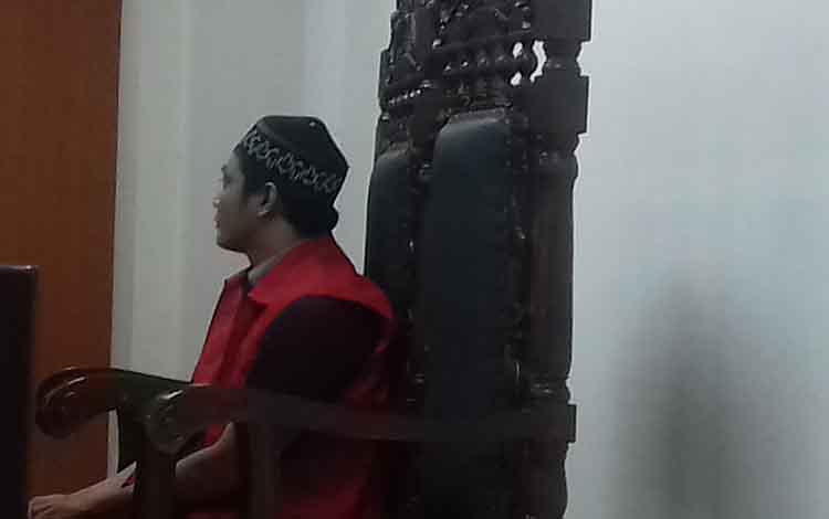 Sukis terdakwa kasus narkoba saat di jalani sidang di Pengadilan Negeri Sampit.