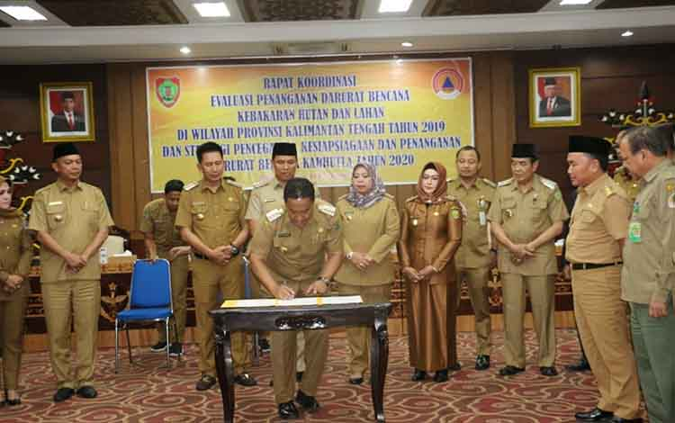 Bupati Pulang Pisau Edy Pratowo bersama pimpinan daerah kabupaten/kota melakukan tandatangan kesepahaman evaluasi penanganan karhutla dengan Gubernur Kalteng kemarin.