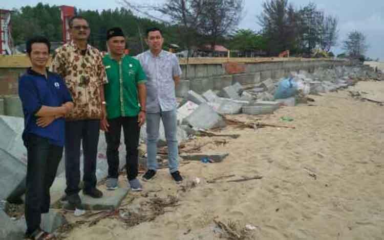 Komisi IV DPRD Kotim saat meninjau proyek di Pantai Ujung Pandaran.
