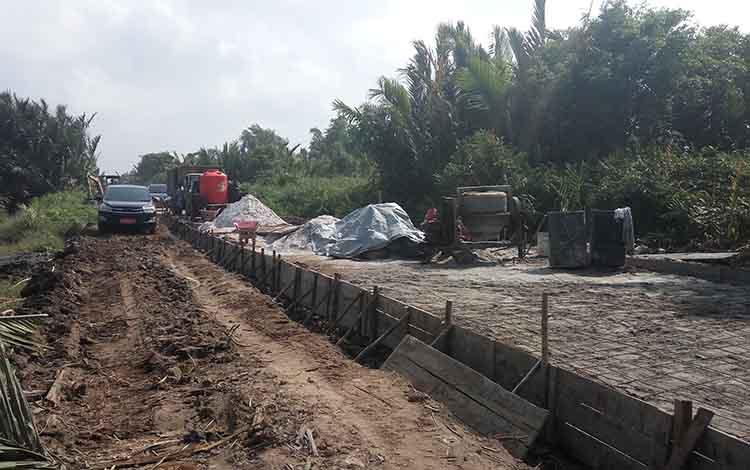 Proses pengerjaan jalan arah Kecamatan Jelai. Sekda Sukamara, Sutrisno mengatakan bahwa dari Kecamatan Pantai Lunci mengarah ke Kecamatan Jelai kembali masuk dalam skala prioritas pada tahun 2020 mendatang.