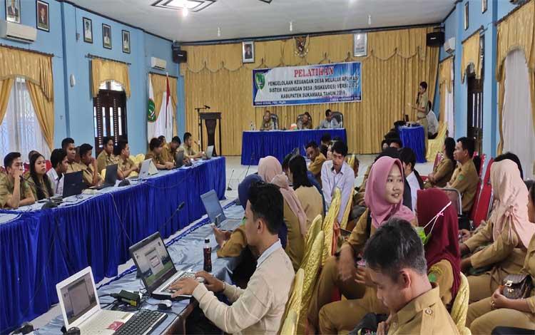 Para peserta saat mengikuti pelatihan pengelolaan keuangan desa melalui aplikasi siskeudes 2.0.2 di aula Bappeda Sukamara