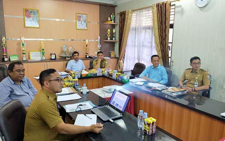 Salah seorang peserta saat memaparkan makalahnya dihadapan tim penguji dan juga Bupati Kotim Supian Hadi, Selasa, 5 November 2019.