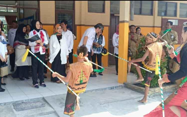 Yuslitra Ivo Azhari Sugianto Sabran melakukan anjangsama di dua lokasi. Nampak ia disambut dengan tarian daerah saat berkunjung ke SLBN 2 Palangka Raya.