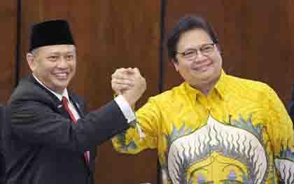 Ketua MPR RI Bambang Soesatyo berjabat tangan dengan Ketua Umum Partai Golkar Airlangga Hartanto  (foto : tempo.co)