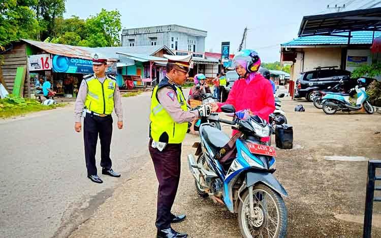 Anggota Satlantas Polres Barito Utara saat melaksanakan pemeriksaan dan penilangan pada operasi Zebra telabang 2019. Satlantas Polres Barito Utara keluarkan 497 surat tilang selama Operasi Zebra Telabang 2019.