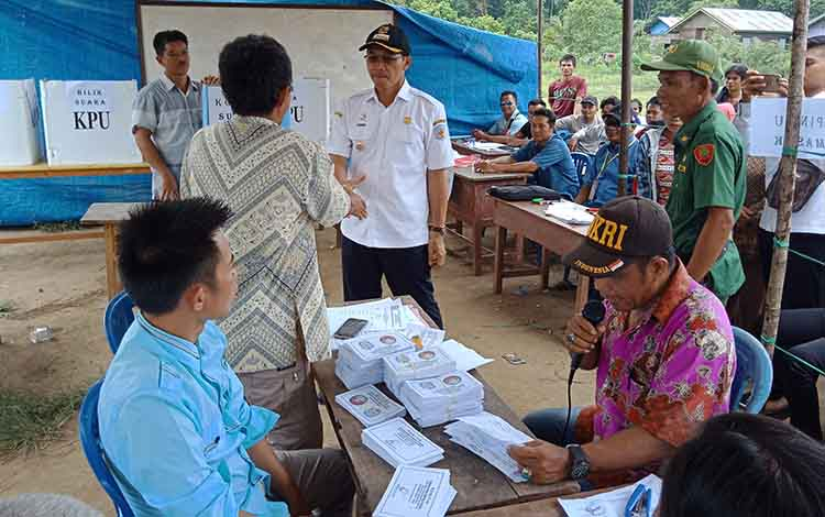 Bupati Murung Raya, Perdie M. Yoseph memantau pelaksanaan Pilkades di Desa Danau Usung, Rabu, 6 November 2019