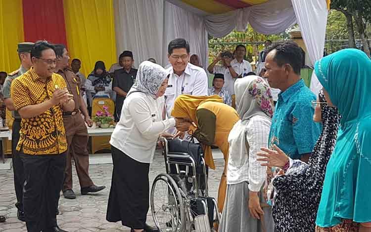 Bupati Kobar Nurhidayah menyerahkan bantuan untuk penyandang disabilitas dan lansia, Rabu, 6 November 2019