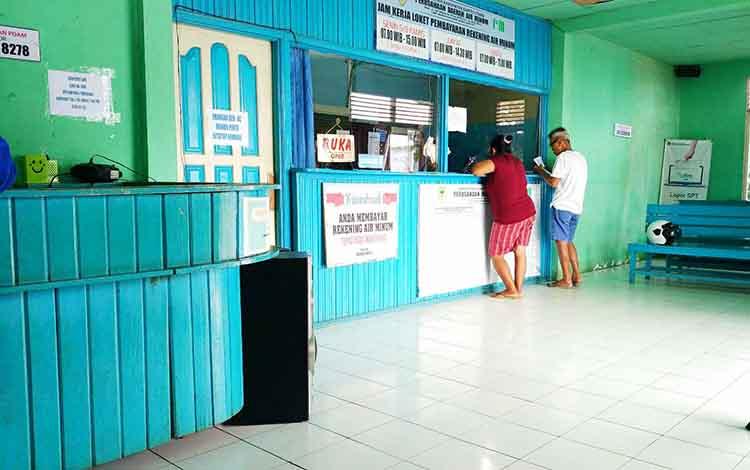 para pelanggan saat membayar tagihan air di PDAM Barito Utara.