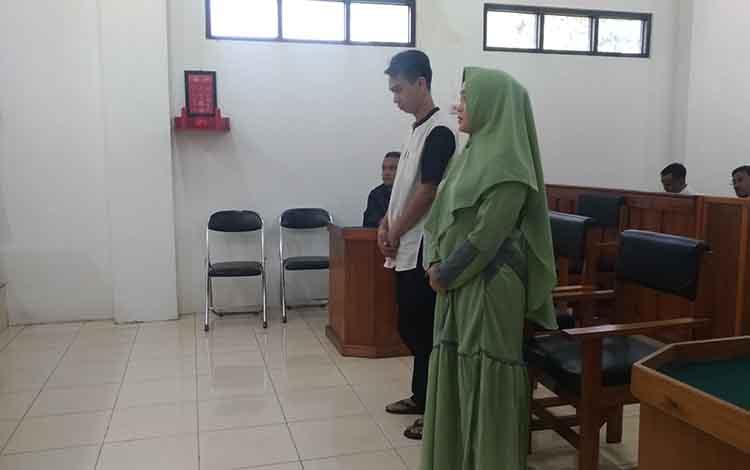 Pasutri HA dan SL saat mendengar pembacaan amar putusan majelis hakim saat persidangan.