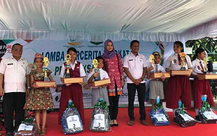 Para pemenang limba bercerita tingkat SD oto bersama Kepala Dinas Sosial Kapuas Budi Kurniawan pada Rabu siang, 6 November 2019