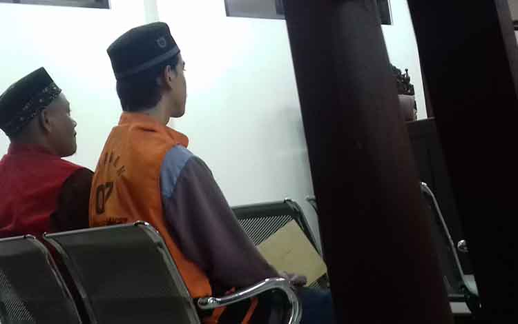 An (kiri) terdakwa kasus senjata tajam, saat sidang di Pengadilan Negeri Sampit.