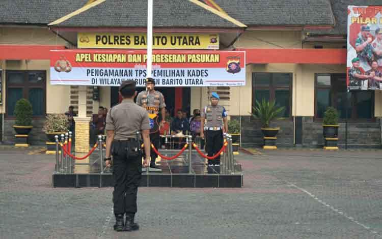 Wakapolres Barito Utara Kompol Agus Dwi Suryanto memimpin jalannya  apel kesiapan dan pergeseraan pasukan PAM TPS dalam rangka pelaksanaan Pilkades serentak 2019