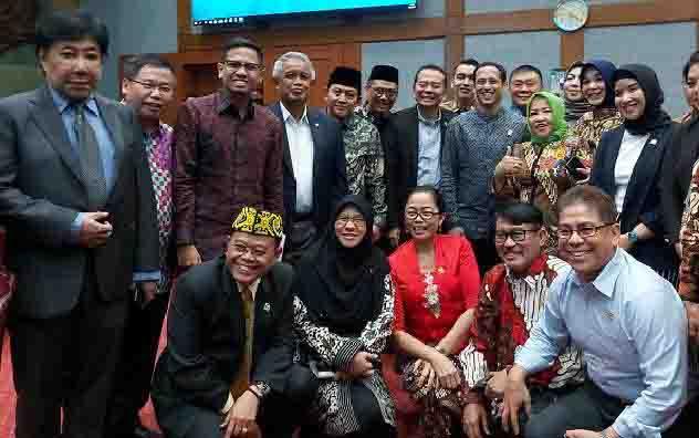 Menteri Pendidikan dan Kebudayaan Nadiem Makarim berforo bersama Anggota DPR Komisi X setelah Rapat Kerja di Kompleks Parlemen, Jakarta, Rabu, 6 November 2019. (foto : tempo.co)