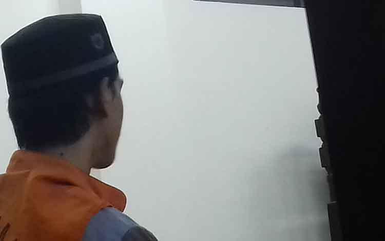 AS, terdakwa kasus asusila saat di Pengadilan Negeri Sampit.